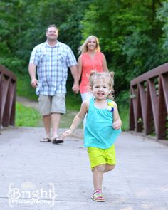 Cute pose: 2 year old family photo shoot 2nd Birthday Pictures, Girl 2nd Birthday, Kid Poses, Cute Poses, Toddler Pictures, Baby Pictures, Family Posing, Family Portraits, Children Photography