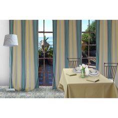 Tenda in tessuto plissettato a righe verticali sfumate sui toni dell'azzurro del beige e del giallo.