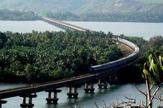 Ferrovia Konkan abrange 738 quilômetros pelos estados de Maharashtra, Goa e Karnataka, seus pontos finais sendo logo após Roha  estação  ferroviária (75 km ao sul de Panvel nos subúrbios de Mumbai)
