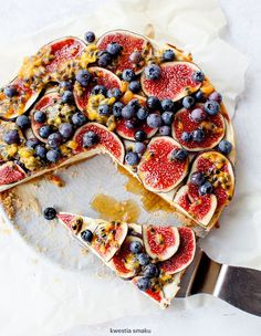 Cheesecake with figs and passion fruit