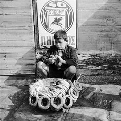 A young boy selling bread in a street in Salonika, Greece. Vintage Pictures, Old Pictures, Old Photos, Greece History, Greece Pictures, Street Pictures, The Time Machine, The Little Prince, Thessaloniki