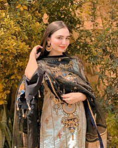 Simple Pakistani Dresses, Pakistani Wedding Outfits, Pakistani Fashion Casual, Pakistani Dress Design, Indian Fashion, Simple Dresses, Dress Indian Style, Indian Outfits, Indian Dresses
