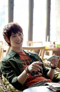 Jonghyun at mango cafe. Filming gentleman's dignity. Nice son of kim do jin :)