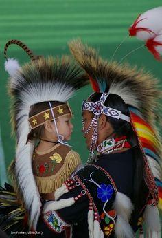 Pai e filho descansando entre as danças no Pow Wow de Soboba, povo indígena que viveu e ocupou a terra que atualmente é conhecida como as cidades de São Jacinto, Hemet, Vale Vista e Winchester na Califórnia, USA.  Fotografia: Jim Pankey.