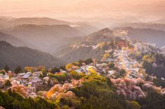 This is Mount Yoshino in Nara Prefecture. Decorated by many thousands of sakura trees, it has inspired Japanese poets, musicians and artists for centuries Nara, Cherry Blossom Japan, Cherry Blossoms, Blossom Trees, Visit Japan, Beautiful Places In The World, Amazing Places, World Heritage Sites, Japan Travel