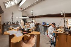Jewelry atelier at the new Louis Vuitton store in Paris' Place Vendôme, the first exclusively dedicated to its fine jewelry and watch collections. Birmingham Jewellery Quarter, Jewellers Bench, Louis Vuitton Store, Studio Organization, Store Interiors, Co Working, Home Crafts, Inspiration, Fine Jewelry
