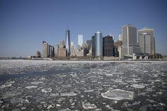 Frostiges Klima im Big Apple: Aufgrund anhaltender Kälte treibt dieser Tage auf den Gewässern New Yorks besonders viel Eis. (20. Februar 2015)