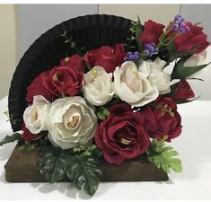 "Abanico floral ""Alicia"" lindas flores con chocolates!! Floral Wreath, Wreaths, Chocolates, Home Decor, Ideas, Someone Like You, Parts Of The Mass, Bonito, Homemade Home Decor"