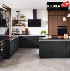 De zwarte keuken is anno 2021 heel populair. Begrijpelijk want zwart is chique, stoer, maar ook modern en industrieel! Kies voor een volledig zwarte keuken, inclusief keukenblad, of maak een mooie combi met bv. hout. Keuze te over! #zwartekeuken #industrielekeuken #modernekeuken #2021 #exlusievekeuken #keuken #keukeninspiratie #luxekeuken #populairekeuken #interieurinspiratie #wooninspiratie #stijlvollekeuken #stoerekeuken #keukenstore Nobilia Kitchen, Kitchen Sink Design, Studio Kitchen, Modern Kitchen Design, Interior Design Kitchen, Kitchen Showroom, Apartment Kitchen, Handleless Kitchen, German Kitchen