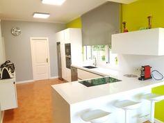 ¿Quién dijo que las cocinas eran aburridas?  Esta cocina de uno de nuestros clientes demuestra que no. El blanco siempre es una apuesta seguro y, combinado con otros colores, aún lo es más. ¿Te gusta? 😍    ☎ 93 799 99 95 - http://qoo.ly/m6d5x