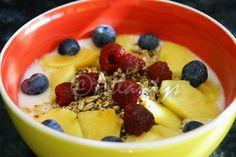 Ingredientes (1 dose)   1 iogurte natural   2 colheres de sopa de granola (de preferência caseira)   1/2 banana pequena   1/4 de pêssego...