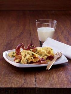 Rührei mit knusprigem Bacon Rezept: Personen,Schnittlauch,Öl,Frühstücksspeck,Eier,Milch,Salz,Pfeffer
