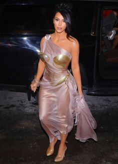 Kim Kardashian is going full Mugler, folks. She celebrated the French designer at the Thierry Mugler: Couturissime museum exhibition in Montreal on Feb. Kourtney Kardashian, Kim Kardashian Vestidos, Looks Kim Kardashian, Estilo Kardashian, Kardashian Style, Kardashian Jenner, Robert Kardashian Jr, Vestidos Vintage, Vintage Dresses