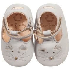 Beautiful, pale grey buttery soft leather pre-walker t-bar shoes, made by French brand Easy Peasy with a cute cat face and velcro fastening. Chemical free, all shoes are vegetable tanned and have a removable inner sole, a flexible, suede leather outer soleand come with an organic cottonstorage bag.<br /> <br /> FIT: This style is small sized, if you hesitate between two sizes, we recommend ordering the largest. <ul> <li>100% chromium freeleather (very soft and supple)</li> ...