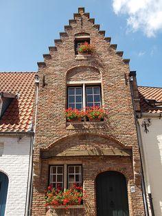 A+pretty+little+almshouse+(Godshuis)+in+Bruges,+Belgium