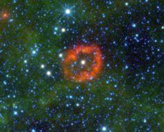 """Google+V385 – Carinae  L'immagine mostra una spettacolare nebulosa intorno a una gigantesca stella di Wolf – Rayet, la V385 -Carinae. Sembra una medusa in un mare verde, in realtà si tratta di polvere """"soffiata via"""" dalla radiazione stellare, tutto materiale rilasciato da una delle stelle più massicce della Via Lattea (il puntino bianco al centro della nube)."""
