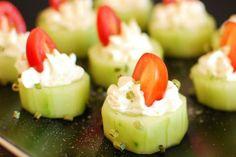 Cetrioli ripieni con crema di ricotta, erba cipollina e pomodorini freschi: ecco la ricetta passo per passo per realizzare finger food freschi e perfetti da servire come antipasto o per l'aperitivo.