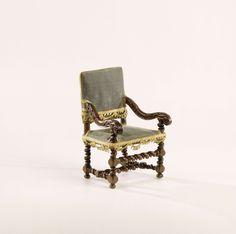Anonymous | Armstoel met bekleding van zijdefluweel, Anonymous, c. 1690 - c. 1710 | Eén van elf stoelen, waarvan vier armstoelen (13-A t/m D) en zeven leunstoelen (13-E t/m K), vervaardigd van notenhout; stijlen, voorregel en H-vormig kruis met smalle en brede tors versierd; gebogen armleuningen eindigend in voluut met rozet en acanthusbladsnijwerk. Zitting en rug vast gestoffeerd op een bruin geschilderde papieren onderlaag, opgehoogd met zachte vulling en linnen; bekleed met een…
