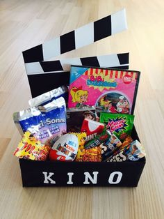 Kinogutschein in einer Schachtel als Geschenk #kino #gutschein Cinema Vouchers, In A Box, Diy Presents, Christmas Presents, Birthday Diy, Birthday Presents, Craft Gifts, Diy Gifts, Gift Wraping