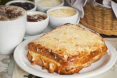 Croque Monsieur, uma prato típico francês que consiste em camadas de pão…