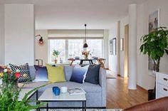 Un piso con suelos de madera y textiles de colores