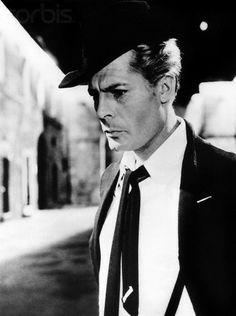 Marcello Mastroianni Lo descubrió Visconti. Fellini se fijó en él en la película Los miserables y no dudó en escogerle para el papel del paparazzi de La dolce Vita. Mastroianni nunca creyó que lo hubiera escogido por ser un buen actor, sino porque sencillamente estaba buscando el rostro de un hombre común. Su forma de interpretar tan natural, tan auténtica, le catapultó a la fama tras la mítica escena del baño con Anita Ekberg en la fontana di Trevi.