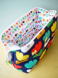 wirepouch pattern. Her whole site is awesome. LOTS of free bag patterns!!