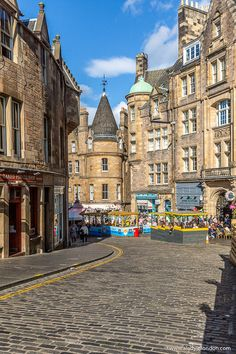 This is the Royal Mile, Edinburgh. This travel itinerary for 4 days in Edinburgh, Scotland has the best Edinburgh itinerary for your trip to Scotland. It has everything from Edinburgh Castle to Edinburgh University and more. If you're looking for the best things to do in Edinburgh, this great Edinburgh itinerary has it all.