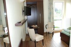 Unsere ruhigen Einzelzimmer (18qm) sind modern und komfortabel ausgestattet mit Bad (Dusche, WC), Haartrockner, Handtuchwärmer, Telefon, WLAN und Flachbildfernseher.
