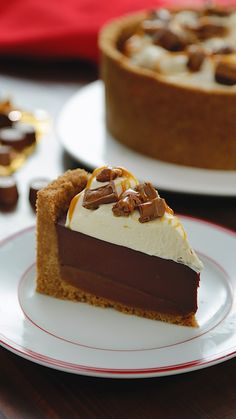 original_title] – Tastemade UK Deep Dish Rolo Pie Our epic triple layered Rolo pie has a classic buttery biscuit base, a thick layer of caramel, topped with super rich chocolate ganache, cream and Rolos! Just Desserts, Delicious Desserts, Yummy Food, Pie Dessert, Dessert Recipes, Lunch Recipes, Baking Recipes, Sweet Recipes, Sweet Treats
