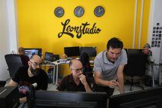 Javier León trabaja desde San Fernando, en Cádiz. Tres relojes dan la hora de Madrid, Nueva York y Los Ángeles, donde se encuentran sus principales clientes.