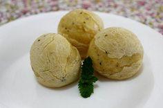 Pão de queijo fake sem leite e ovos. – 400g de mandioquinha – 400g de polvilho azedo – 100g de polvilho doce – 1 copo de água morna – 1/2 copo de azeite – 1 colher de café de orégano, ervas finas, alecrim ou outra de sua preferência – 1 colher de sopa rasa de sal (pode por essência de queijo)