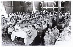 Un baquet d'ouvrières de l'usine Le Blan, au début des années 50 (pour les trente ans de la filature). (archives association La Machinerie ou mairie de Mantes-la-Ville)