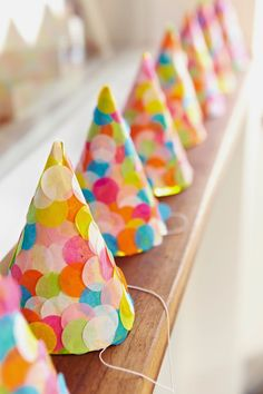 Confetti party hats for a modern or colorful party, easy to .- Confetti party hats for a modern or colorful party, easy to make with tissue pap… Confetti party hats for a modern or colorful party, easy to make with tissue paper dots - Diy Birthday, 1st Birthday Parties, Birthday Hats, Birthday Celebration, Photobooth Ideas, Festa Party, Party Party, Party Ideas, Party Snacks