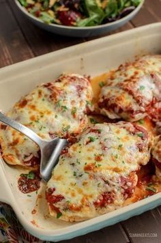 The Ultimate Syn Free Pizza Chicken - For when you fancy pizza but don't have a Healthy Extra B choice free. All totally guilt-free and Gluten Free, Slimming World and Weight Watchers friendly astuce recette minceur girl world world recipes world snacks Slimming World Dinners, Slimming World Chicken Recipes, Slimming World Diet, Slimming Eats, Slimming Recipes, Syn Free Food, Fancy Pizza, Sliming World, Mozzarella