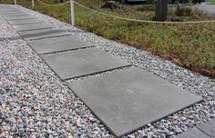 Iso betonilaatta 698x698x80 on myös tyylikäs yksirivisenä polkuna.