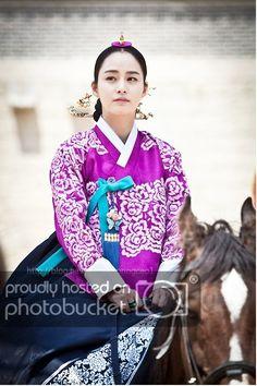 Korean drama [Jang Ok-jung, Living by Love] = 희빈장씨 [Lady Jang Hui-bin] - 김태희(Kim… Korean Hanbok, Korean Dress, Korean Outfits, Korean Traditional Dress, Traditional Fashion, Traditional Dresses, Imperial Clothing, Jang Ok Jung, Kim Tae Hee