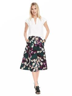 Spring into the season with our bold floral midi skirt. This on seam pocket skirt is perfect for work or leisure. Pair your look with a crisp solid blouse for the perfect daytime look or a with a light camisole and cardigan for an evening out | Banana Republic