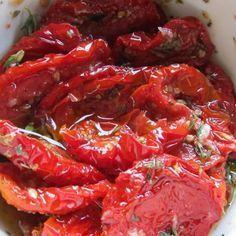 Aprenda a preparar tomate seco no microondas com esta excelente e fácil receita. Quer aprender a secar tomate de forma rápida e fácil? No Tudo Receitas.com ensinamo...