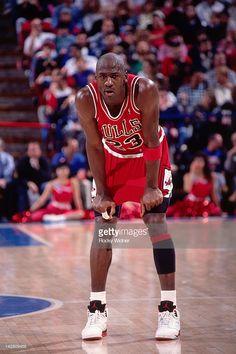 Fotografia de notícias : Michael Jordan of the Chicago Bulls rests against...