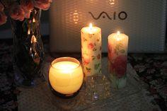 Se tem algo que eu nunca me canso de comprar é velas. Não resisto gente, elas são tão cheirosas e deixam o clima tão bom quando você apaga algumas luzes. Mas não basta amar muito, eu tenho que viciar vocês também, hahaha. E por isso, no vídeo de hoje ensinei como fazer uma vela decorada. …