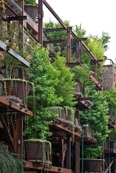 Conçue par le designer Luciano Pia, la 25 Verde est une tentative de casser la monotonie du paysage urbain de Turin en soulevant les plantes et les arbres du sol.