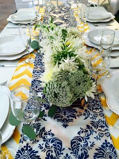 Mesa vintage, plato base beige, camino chevron amarillo, camino damasco azul con blanco!!!