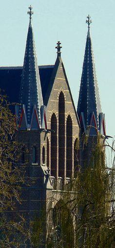 Zwolle. Als de zuilen van Hercules flankeren de beide torens de ingang, of uitgang, van de kerk