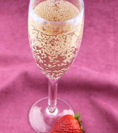 """""""Sweetie darling, what are you drinking?"""" """"Bolli stoli, darling."""" Het favoriete drankje van Danielle is een mix van Bollinger champagne and Stolichnaya vodka, en werd populair dankzij Absolutely Fabulous."""