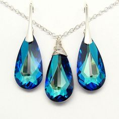 The Bermuda Blue Swarovski Crystal changes color at each angle - from brilliant blue to alluring sea green. Gorgeous... romantic yet elegant Jewelry Set