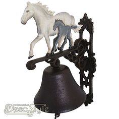 XL87 Gietijzeren Deurbel Paard Veulen Wit  De nostalgische deurbel die het altijd doet. Prachtige zware gietijzeren deurbel met voorstelling van een paarde en een veulen aan de bovenzijde. Deze gietijzeren bel kan aan een muur worden bevestigd. Bijvoorbeeld naast uw voordeur. Materiaal: Handbewerkt gietijzer Afmetingen: Hoogte: 36 cm Breedte: 14 cm Diepte: 30 cm