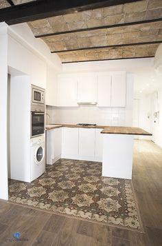 La #cocina se ubica en un espacio abierto. El resultado combina elementos actuales con elementos originales como el #pavimento hidráulico o el techo de #ladrillo visto. #bcn
