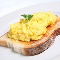 Foods to eat after a are eggs on white toast with hot sauce, white rice with grilled chicken & teriyaki sauce, pancakes and tuna fish to eat after a workout. Easy Egg Recipes, Bacon Recipes, Healthy Recipes, Chicken Teriyaki Sauce, Best Scrambled Eggs, High Protein Snacks, Post Workout Food, Proper Nutrition, Fun Cooking