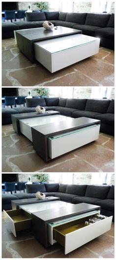Une table basse au design épuré qui cache bien son jeu. Chemins de table en bois, coulissants pour une utilisation modulable et un accès aux coffres et tiroirs